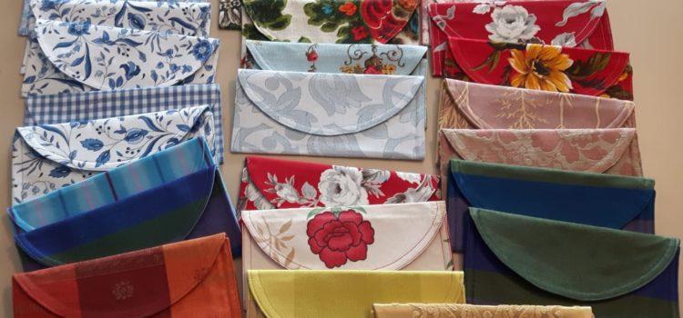 Des pochettes à masques en fabrication à l'atelier couture